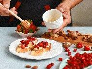 Рецепта Брускети сандвичи със сирене бри, мед, ягоди и орехи